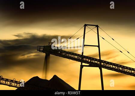 Detail der Kies und Sand Mine in den Abend mit einem dramatischen Himmel. Der rieselnde Sand zeigen ein wenig dynamisch. - Stockfoto
