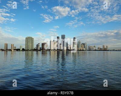 Miami, Florida 11-24-2018 Die Skyline der Stadt von Miami, Florida, im ruhigen Wasser der Biscayne Bay am frühen Morgen Licht reflektiert. - Stockfoto