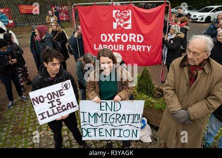 Backnang, Oxford, UK. 24. November 2018. Campsfield House Einwanderung Ausbau Center 25. Jahrestag Demonstration. Am 25. November 1993 Der erste Immigrationshäftlinge wurden von Harmondsworth in Campsfield gebracht und die Kampagne für die Schließung von Campsfield House hatte begonnen. Proteste haben Monatlich berücksichtigt, mit größeren jährlichen Jubiläum Proteste. Vor kurzem das Home Office angekündigt Campsfield House im nächsten Jahr wird geschlossen, und die @CloseCampsfield Bewegung weiterhin Kampagnen Immigration Detention, Inhaftierung und Abschiebung zu beenden. Credit: Stephen Bell/Alamy Live - Stockfoto