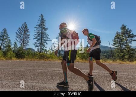 Laufende Rennen auf der Bühne Vier der IGO Adventure Challenge Rennen in der Flathead National Forest, Montana, USA (MR) - Stockfoto