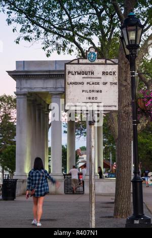 USA, Massachusetts, Plymouth, Gebäude mit Plymouth Rock, Denkmal für die Ankunft der ersten europäischen Siedler zu Massachusetts im Jahre 1620 in der Dämmerung - Stockfoto