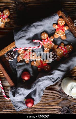 Weihnachten Lebkuchen Männer mit Flasche Milch für Santa - Stockfoto