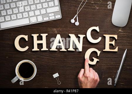 Hand bewegt ein Schreiben, das Wort 'Ändern' zu 'Chance' - Stockfoto