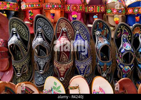 Reihen von Sandalen des traditionellen handgemachten Rajasthani Frauen, oder Indischen Chappall mit bunten Designs in Jaipur, Rajasthan, Indien. - Stockfoto