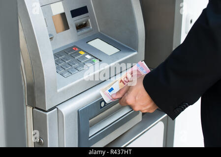 Person Geld Abheben aus Geldautomaten - Stockfoto