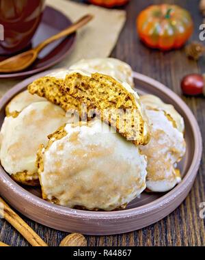 Cookies, die in Lehm Teller an Bord Kürbis - Stockfoto