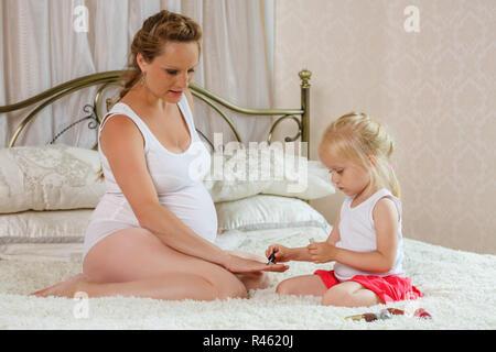 Schwangere Frau und ihre Tochter. - Stockfoto