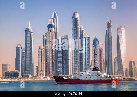 Panorama von Dubai mit Schiff gegen Hochhäuser in VAE - Stockfoto