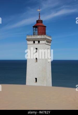 Leuchtturm mit Sanddünen und das blaue Meer im Horizon - Stockfoto