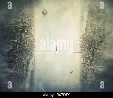Junger Mann silhouette Balancieren auf slackline Seil hoch über Wolken zwischen zwei imaginäre parallele Welten. Slackliner zu Fuß auf Gratwanderung nach unten schauen. - Stockfoto