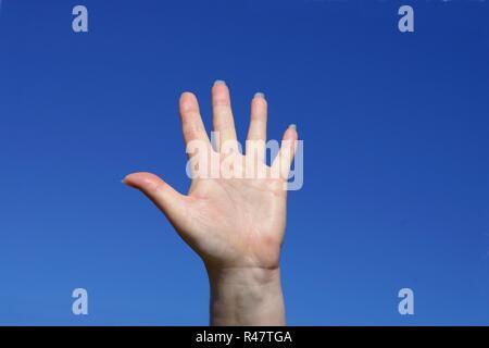 Frau Hand unter blauen Himmel - Stockfoto