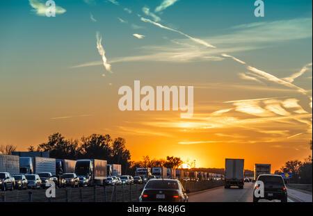 Stau bei Sonnenuntergang auf der Interstate 40 in West Memphis, Arkansas. (USA) - Stockfoto