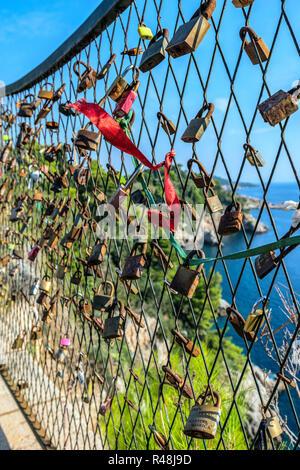 Schließen der Verriegelungen auf das Raster auf dem Hintergrund der blauen Meer und ein Symbol der Treue und der ewigen Liebe - Stockfoto
