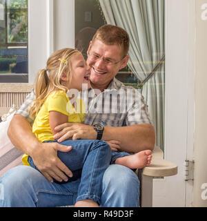 Vater und Tochter auf Veranda - Stockfoto