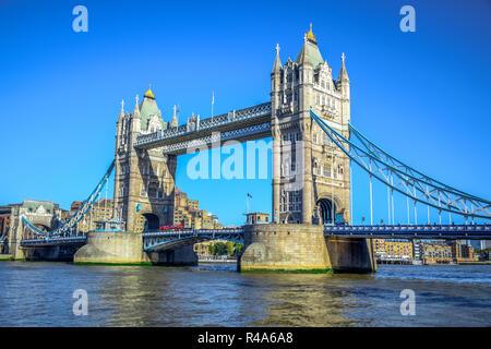 Die Tower Bridge, berühmten iconic Symbol von London, überquert den Fluss Themse in der Nähe des Tower von London in London, England, Großbritannien