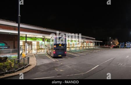 Um die UK-Chorley Bus Station in der Nacht - Stockfoto