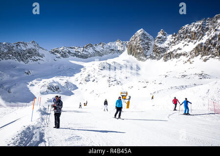 TONALE, Italien - 20 Jan, 2018 - Beeindruckende winter Panorama in Tonale Skigebiet. Mit der Italienischen Alpen von Adamelo Gletscher, Italia, Europa. - Stockfoto