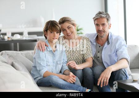 Portrait von Happy Family von drei Sitzen im Sofa zu Hause - Stockfoto