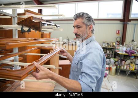 Lächelnd Tischler in Werkstatt - Stockfoto