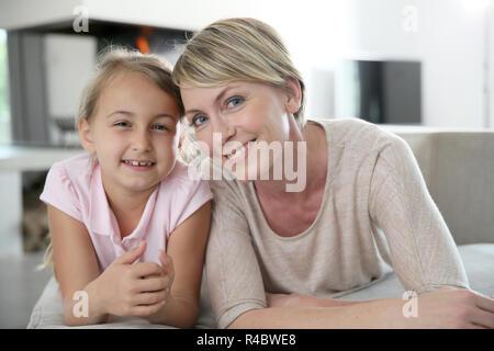 Portrait von Mutter und Tochter in der Couch zu Hause - Stockfoto
