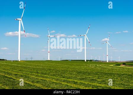 Windmühlen in einer Gemähten Feld in Deutschland - Stockfoto
