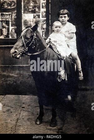 Zwei Brüder auf ein Pony in New York außerhalb ein Kino, ca. 1922. - Stockfoto