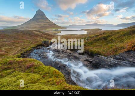 Erstaunlich Sonnenaufgang oben Kirkjufellsfoss Wasserfall mit Kirkjufell Berg im Hintergrund an der Nordküste der Halbinsel Snaefellsnes Island white eine lange Verschlusszeit genommen. - Stockfoto
