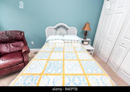 Neue, saubere Bett Tröster mit Kopfteil, Tisch, Lampe, Vintage beach blue Green kissen im Schlafzimmer in Wohnung, Haus oder Wohnung, Schrank, Stuhl - Stockfoto
