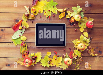 Tablet-pc mit Herbst Blätter, Früchte und Beeren - Stockfoto