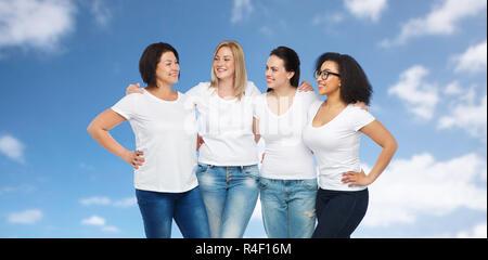 Gruppe happy unterschiedlicher Frauen in weißen t-shirts - Stockfoto