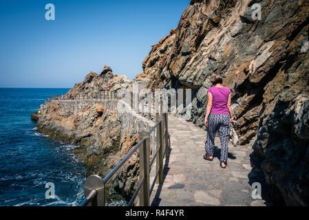Frau zu Fuß auf dem Weg in Almaciga, Taganana Küste, Teneriffa, Spanien - Stockfoto