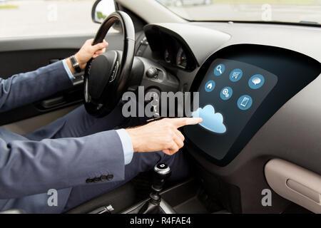 Nahaufnahme des Menschen fahren Autos mit Menü auf computer - Stockfoto