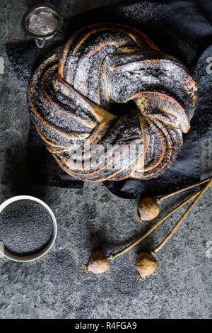 Zopf Brot gefüllt mit Mohn und besetzt mit Puderzucker - Stockfoto