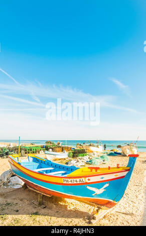 Traditionelle bunte handbemalte Holz Fischerboot am Fisherman's Beach - Stockfoto