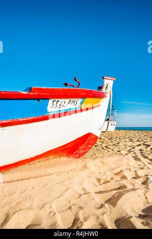 Traditionelle bunte handbemalte Holz Fischerboot am Fisherman's Beach, Praia dos Pescadores, Armacao de Pera, Algarve, Portugal - Stockfoto