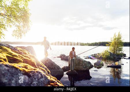 Freunde angeln an einem See in Dalarna, Schweden - Stockfoto