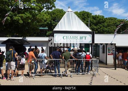 Menschen Besucher/Touristen Queuing-warteschlange für für die Nadeln Sessellift. Eingang ist an der Spitze der Klippen oben Alum Bay Klippen. Sessellift nimmt die Besucher an den Strand und die Bucht. Isle of Wight. Das VEREINIGTE KÖNIGREICH (98) - Stockfoto