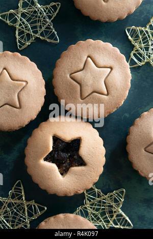 Traditionelle Obstkuchen mit einem Stern auf dem oberen Blatt vor den Mund. - Stockfoto