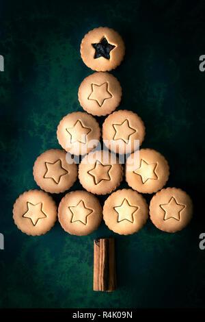Ein Weihnachtsbaum aus Lebkuchen Obstkuchen und Zimtstangen hacken. - Stockfoto