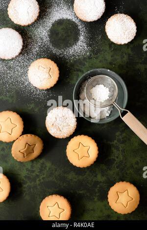 Festliche Obst mince pies, mit Puderzucker bestäubt. - Stockfoto