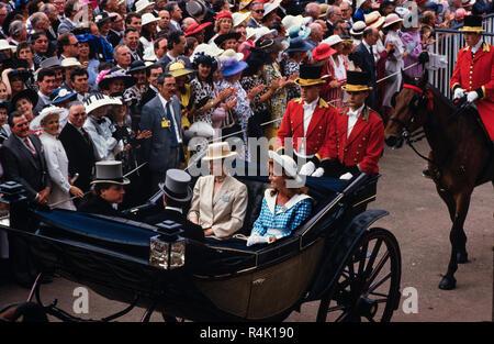 Ascot Rennen England Großbritannien 1986 gescannt in 2018 der britischen königlichen Familie kommen und gehen etwa im Royal Ascot 1986. Prinzessin Anne und Sarah Ferguson Mitglieder der Öffentlichkeit in feine Hüte und Mützen und Schwänze für die Männer im Royal Ascot gekleidet. - Stockfoto