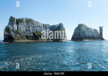 Die Nadeln & Leuchtturm an einem sonnigen Sommertag mit blauem Himmel und Sonnenschein. Isle of Wight. UK. Aus einem touristischen Boot im Alum Bay gesehen. (98) - Stockfoto