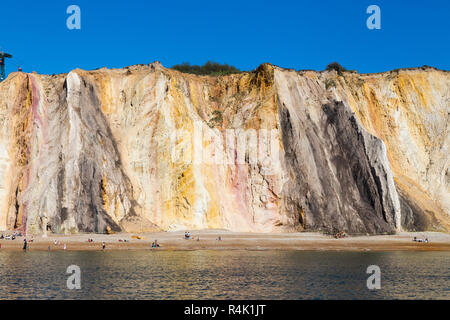 Berühmte mehrfarbig geschichtete Sand Der Sand Klippen von Alum Bay Klippen. Die unterschiedlichen Farben von Sand ist deutlich zu sehen. Die Nadeln. Isle of Wight. Das VEREINIGTE KÖNIGREICH (98) - Stockfoto