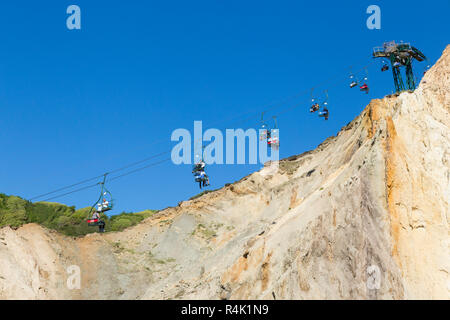 Nadeln Sessellift. Eingang ist an der Spitze der Klippen oben Alum Bay Klippen. Sessellift nimmt die Besucher an den Strand und die Bucht. Isle of Wight. Das VEREINIGTE KÖNIGREICH (98) - Stockfoto