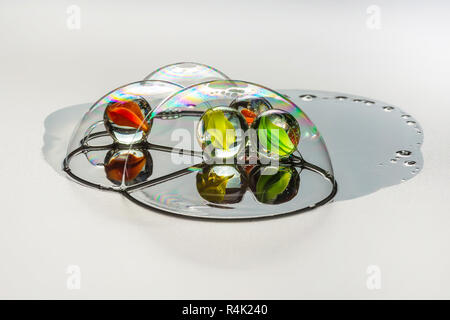 Vier mehrfarbige glas kugel innerhalb der Seifenblasen - Stockfoto