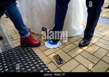 Brechen die Platten auf der Hochzeit, beliebte Tradition in Russland - Stockfoto