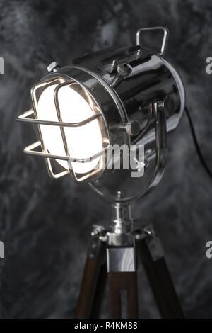 Vintage Spotlight auf dem Grunge schwarzer Hintergrund - Stockfoto