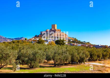 Blick auf die Burg von Alcaudete, Provinz Jaen, Andalusien, Spanien umgeben von Olivenhainen. - Stockfoto