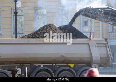 Die Arbeiten für die Verlegung der Straße Asphalt. Werke sind in der beschleunigten Modus durchgeführt. - Stockfoto