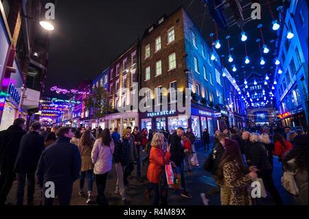 LONDON - November 23, 2018: Schwarzer Freitag Feiertagkäufer bewundern Sie die Bohemian Rhapsody themed Weihnachtsbeleuchtung dekorieren Carnaby Street - Stockfoto